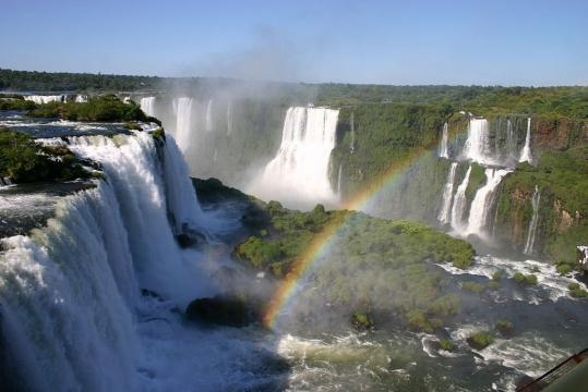Iguaçú Falls, seen from the brazilian side. Picture by Charlesjsharp (Creative Commons).