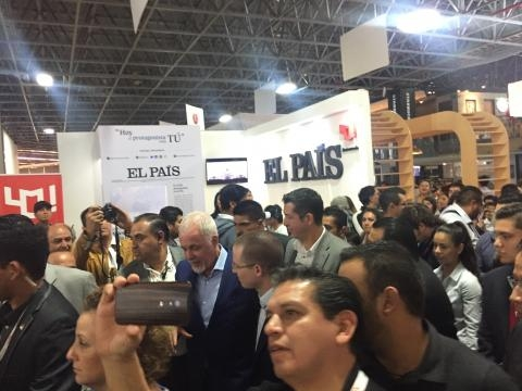 Entre el séquito de guaruras y de la mano de Raúl Padilla, Ricardo Anaya se pasea en la FIL