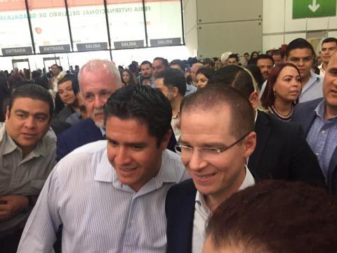 Ricardo Anaya generando tumultos a la entrada de la FIL