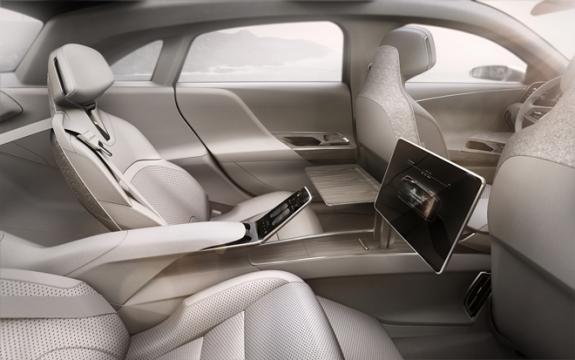 Passageiros do banco de trás contam com display para gerenciar funções do carro e tela para trabalhar e lazer