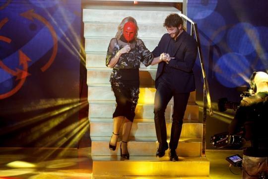 Gemma mentre scende le scale per vedere una nuova Se'