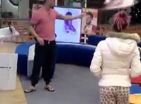 Rodrigo tirando la pancarta de Meri