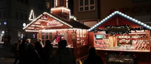 Le bancarelle del mercato sulla Breitscheidplatz, tradizionale appuntamento natalizio dei berlinesi
