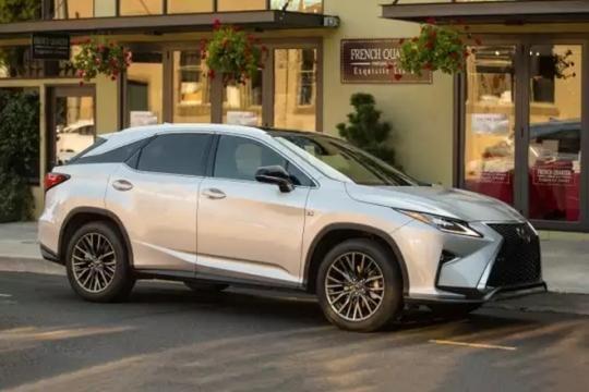 O SUV premium Lexus RX 350 também marca presença no mercado nacional