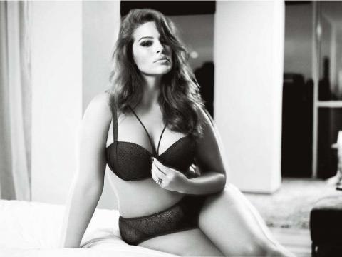 Ashley Graham, sensuelle en lingerie