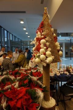 Ozdoby świąteczne na stołach kiermaszowych