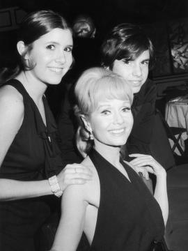 Debbie Reynolds junto a sus hijos Carrie y Todd Fisher (1972)