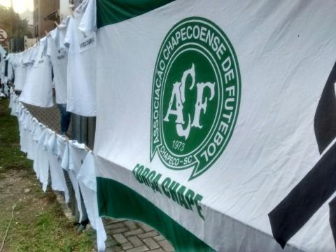 Ambulantes venderam muitas camisetas e bandeiras em homenagem à Chapecoense