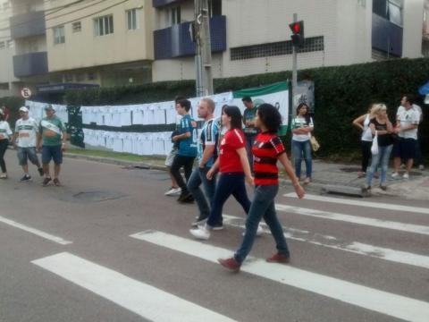 Lado a lado, torcedores do Coritiba, Grêmio, Internacional e Flamengo, indo para o Estádio