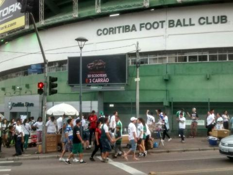 Torcedores de diversos clubes se aglomeram na entrada do Estádio Couto Pereira