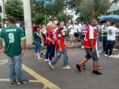 Torcedores do Coritiba, Paraná Clube e Atlético Paranaense unidos pela Chapecoense