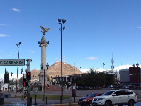 El arcángel de la libertad ante la Plaza de la Grandeza.