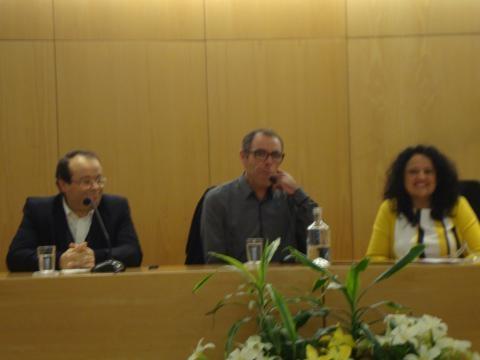 Autor José Gomes ladeado pelos oradores convidados