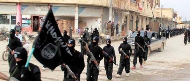 Miliziani dell'Isis in marcia a Raqqa