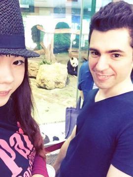 Leonel y Yu-Hsuan con los osos panda de Taiwán