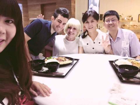 Leonel y Yu-Hsuan comiendo en familia