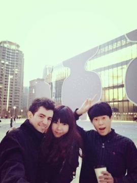 Leonel, Yu-Hsuan y un amigo paseando