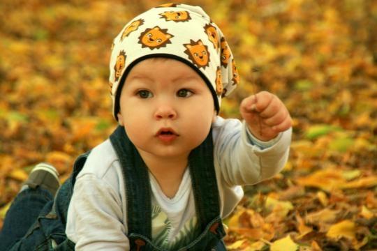 Bambino piccolo che gioca all'aperto