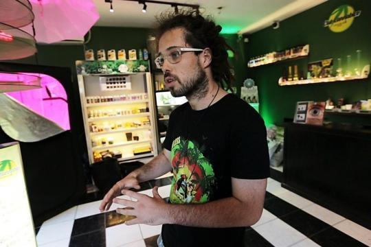Caballero em loja que vende produtos canábicos
