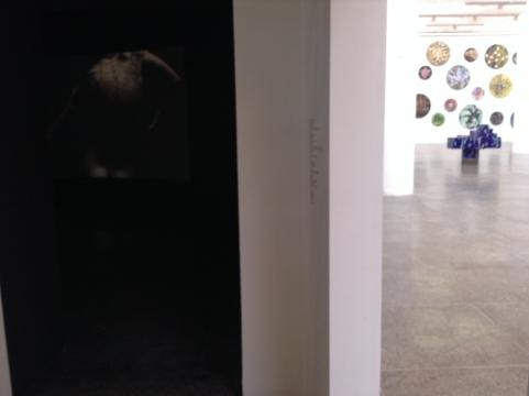 Instalación y proyección de audiovisual en el MUCA