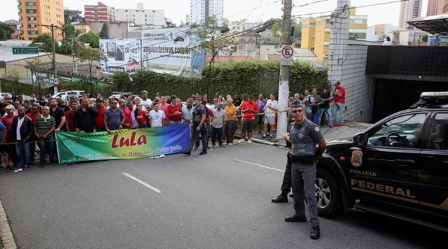 La gente apoyando a Lula, tras ser detenido.