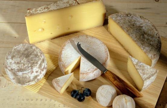 Las buenas tablas llevan una combinación de quesos de sutiles a fuertes y carnes frías para acompañar