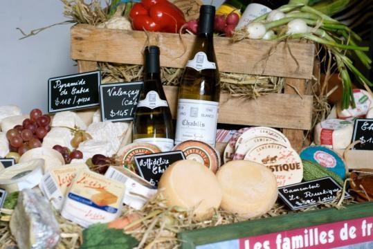 Para tener una tabla de queso perfecta, elige entre 5 y 6 variedades distintas, puedes acompañarlos con distintos panes y con frutas como higos.