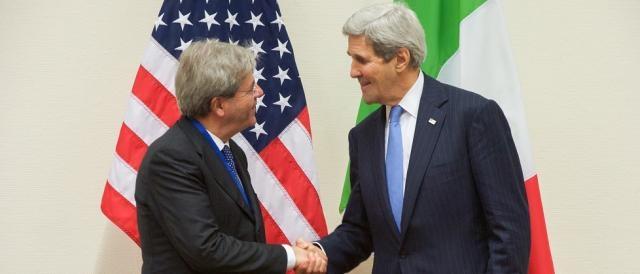 Il ministro degli Esteri Paolo Gentiloni e il segretario di Stato americano John Kerry.