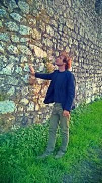 Arqueólogo Marco Penajoia, junto à muralha.