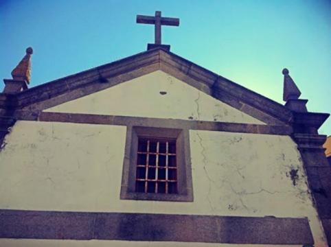 Pormenor da fachada da Capela de Santa Anastácia.