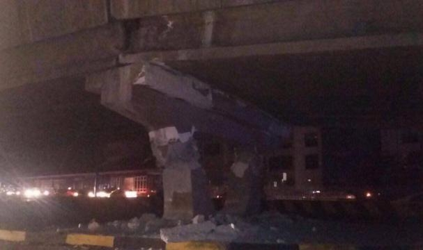 Puente colapsado como consecuencia del terremoto, varias personas quedaron atrapadas