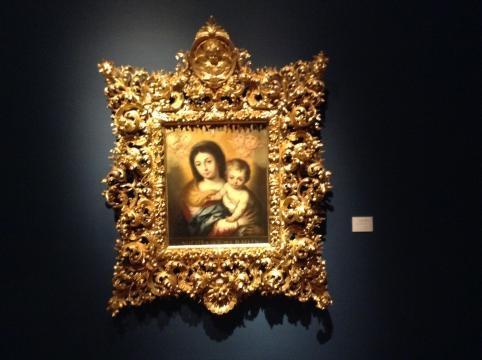 La talla barroca, áurea, presente enmarcando la colección sacra