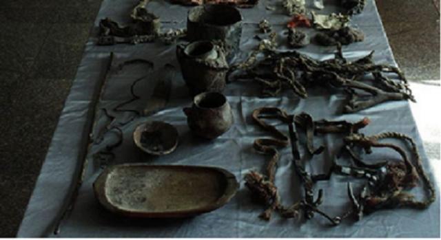 Artefactos hallados junto a la momia