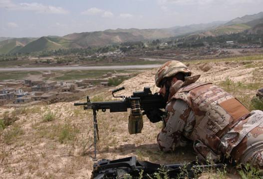 Devolviendo el fuego al enemigo con ametralladoras lígeras.