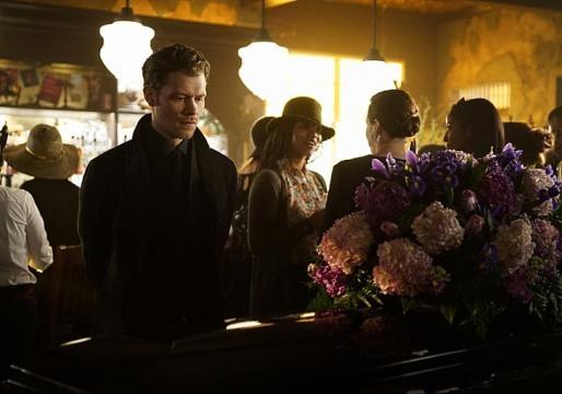 The Originals 3x21: Klaus junto a um caixão