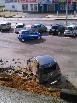 Traseira de um Mitsubishi destruída