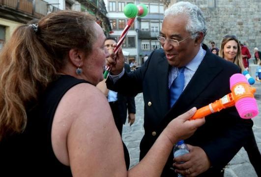 O Primeiro-Ministro António Costa brinca com uma popular que o cumprimentou.