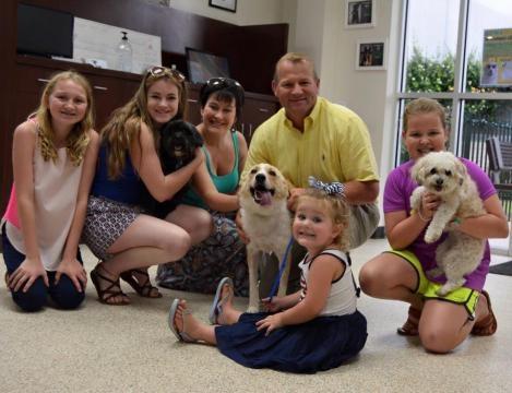 Cachorrinho resgatado vive feliz com a família que o adotou