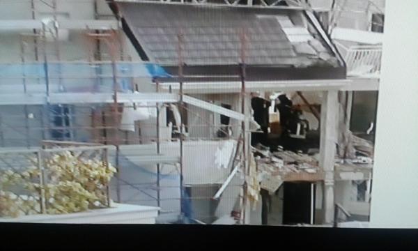 La palazzina sventrata dall'esplosione