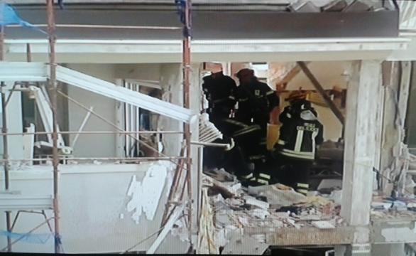 Vigili del fuoco nella palazzina sventrata dall'esplosione