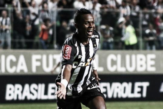 Cazares faz o segundo gol para o Atlético, no Mineirão contra o timão.