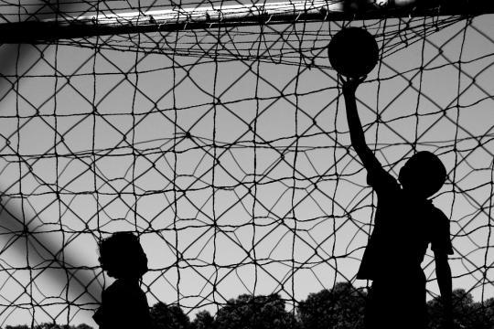 Futebol de menino, bola na rede