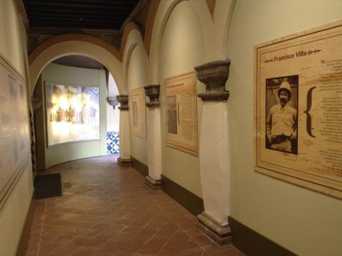 Montaje de la exposición temporal en honor al centenario de la invasión a Columbus