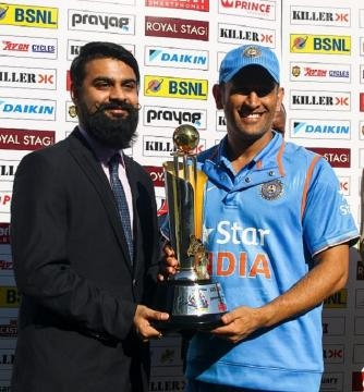 Dhoni with the ODI trophy (Twitter)
