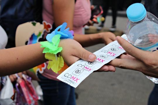 El Gobierno de la CDMX regaló condones durante la marcha LGBT
