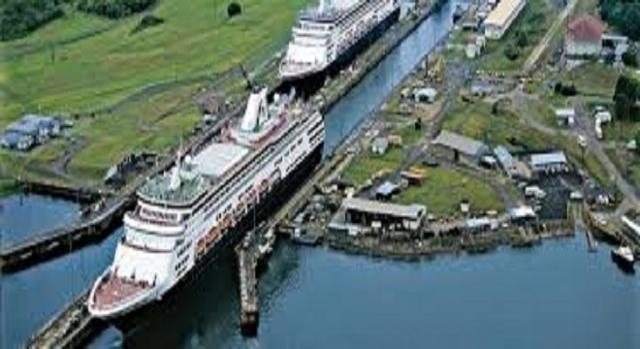 Navio de passageiros também cruzam o canal