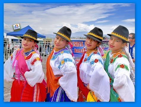 Chicas ecuatorianas con la vestimenta festiva de Cayambe.