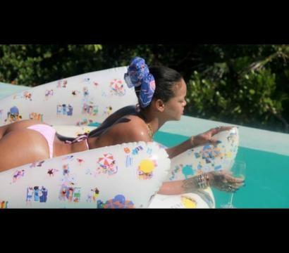 Na piscina Rihanna diverte-se e aproveita os dias de sol.