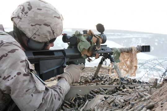 Con docenas de vainas gastadas un tirador de élite sostiene un combate contra el talibán.