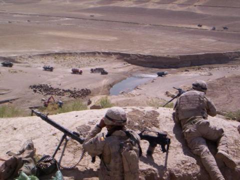 Cubriendo a un convoy desde las alturas ante cualquier contingencia.